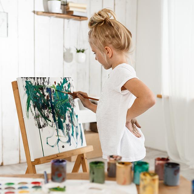 Junges Mädchen malt mit Acrylfarbe auf Leinwand