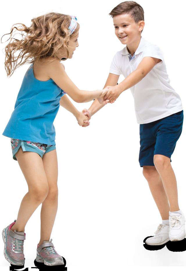 Mädchen und Junge halten Hände und tanzen fröhlich