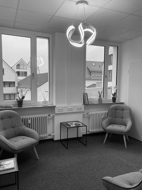 Gemütlicher, heller Warteraum der Klavierschule Ulm mit Sesseln, Ablagetischen und Zeitschriften