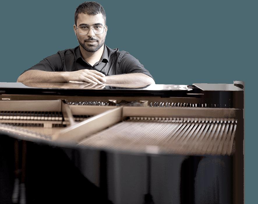 Portrait von Klavierlehrer Enis-Engin Ülker am Piano